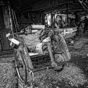 ngaso by Ayah Adit Qunyit - City,  Street & Park  Street Scenes ( black and white )