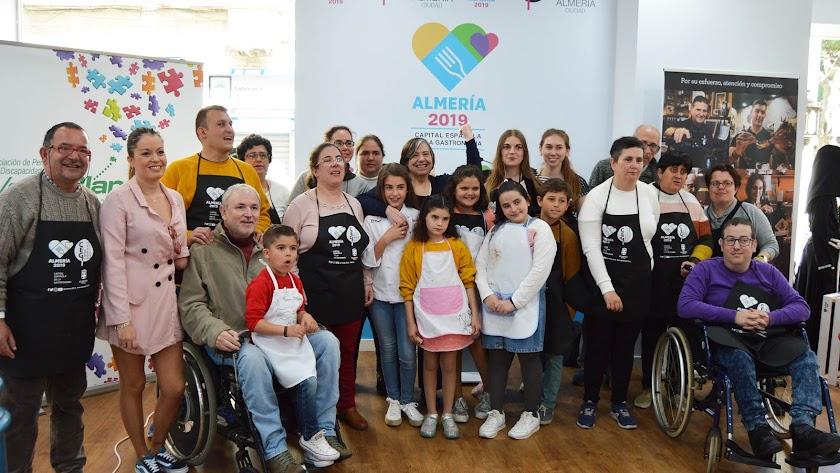 Foto de familia de los participantes en el taller junto a la chef Esther Requena.