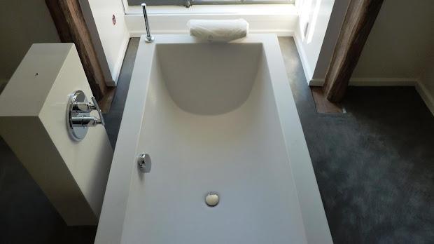 Le béton ciré s'adapte aux salles de bain grâce à son traitement hydrofuge