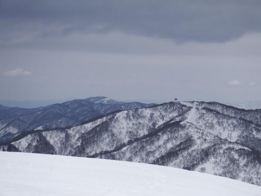 大御影山(反射板のある山)と左に野坂山