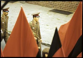 """Photo: Sowjetischer Marsch in Ludwigslust  Im Rahmen der Verhandlungen zur deutschen Wiedervereinigung im Jahre 1990 hatte es Zusagen westlicher Außenminister, federführend von Hans-Dietrich Genscher, an die sowjetische Seite unter Michail Gorbatschow gegeben, wonach eine Erweiterung der NATO infolge der Wiedervereinigung nicht betrieben werde. Die seitdem vom Westen betriebene Politik der NATO-Osterweiterung wird bis heute auf russischer Seite in allen politischen Lagern als Vertragsbruch des Westens wahrgenommen, obwohl Russland selbst es versäumt hat, entsprechende Regelungen in den 2+vier  Vertrag aufnehmen zu lassen. Unumstritten ist, was der US-Außenminister am 9. 2. 1990 im  Katharinensaal des Kreml erklärte. Das Bündnis werde seinen Einflussbereich """"nicht einen Inch weiter nach Osten ausdehnen"""", falls die Sowjets der Nato-Mitgliedschaft eines geeinten Deutschland zustimmten. Darüber werde man nachdenken, meinte Gorbatschow und fügte hinzu, ganz gewiss sei eine """"Expansion der Nato-Zone inakzeptabel""""."""