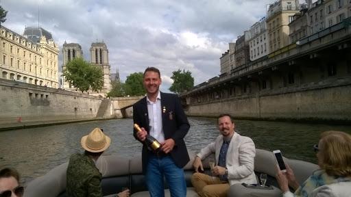 Descubra Paris e seus principais monumentos durante uma degustação de Champagne em um passeio de barco privado no rio Sena