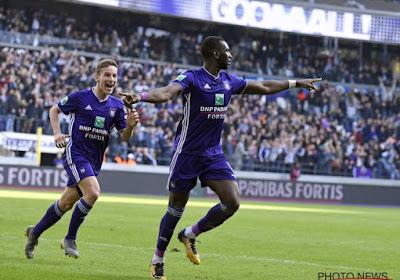 Yannick Bolasie rijdt achterwaarts het oefencomplex van Anderlecht op