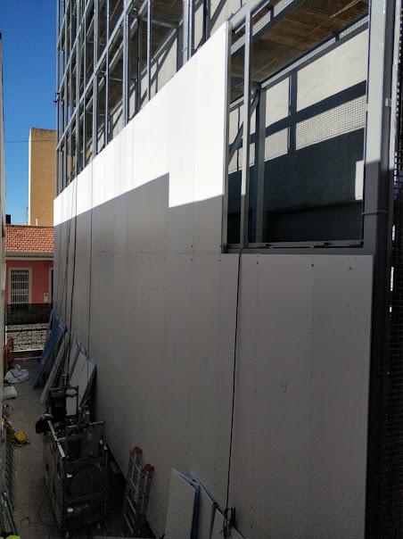 colocación de paneles de PVC en la estructura