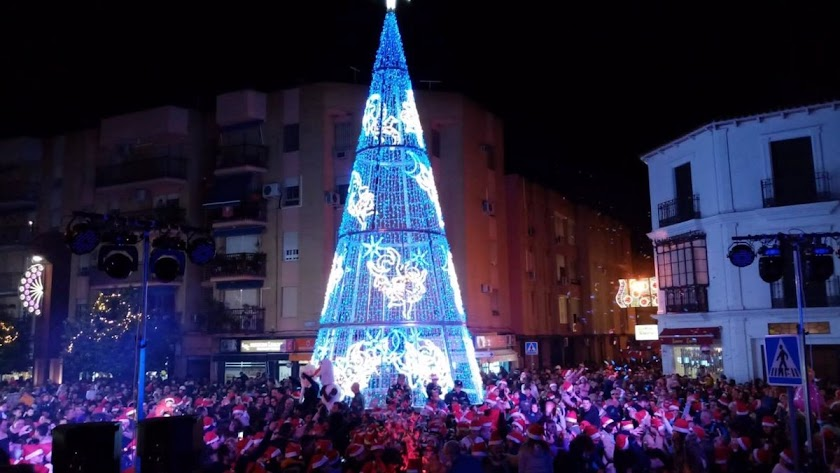Imagen de archivo de un árbol de navidad elaborado con bombillas..