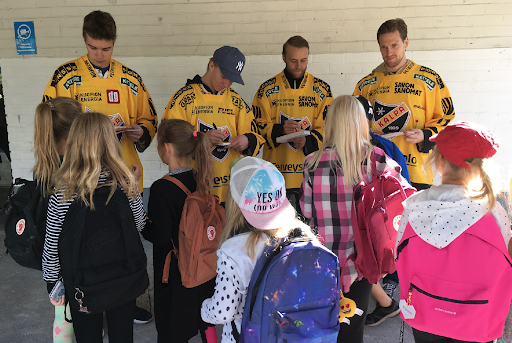 Särkiniemen koululla pelaajat pääsivät moneen yhteiskuvaan pienten koululaisten kanssa. Turvallisesta koulutiestä olivat kertomassa pelaajat Henri Knuutinen, Joni Ikonen, Konsta Mäkinen ja Ville-Vesa Vainiola.