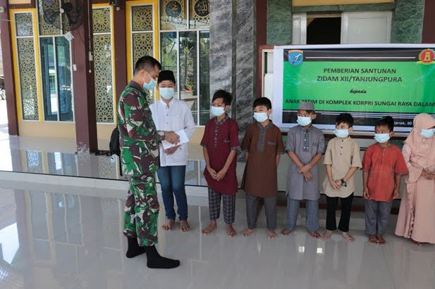 Wujud TNI Menunggal Dengan Rakyat : Zidam XII /TPR Beri Santunan Kepada Anak Yatim