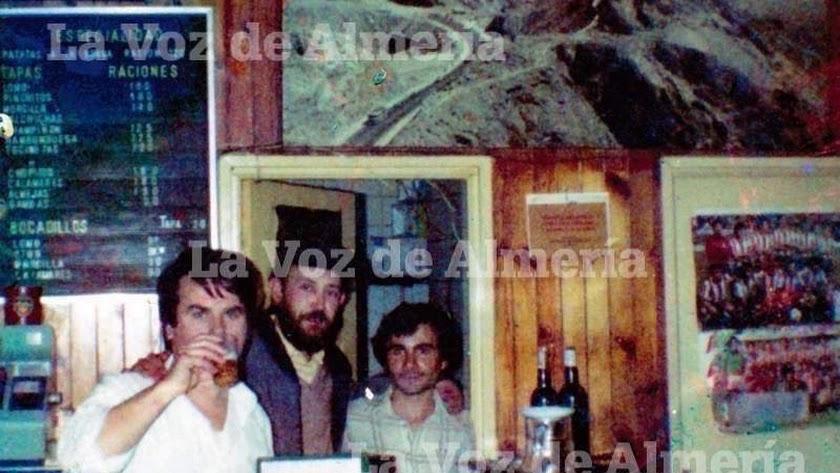 Gregorio, el dueño del bar Bonillo, cuando una ración de patatas a la brava, tal y como refleja la pizarra del negocio, costaba 120 pesetas, es decir