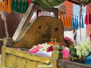 Photo: emperumAnAr facing AzhwAr - engraved in pallakku