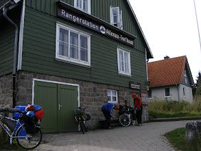 Photo: O poranku atakujemy Brocken.  Rowery zostają w bezpiecznym miejscu w Torfhaus,  gdzieżby indziej, jak nie w Rangerstation! (foto Zbyszek I.) I tu zepsuł mi się aparat :(