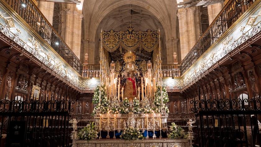 Impactante altar instalado por el Prendimiento en el coro de la Catedral.