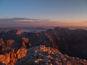 Photo: 6:05   In sonce je pričeli lizati s svojimi, nežno barvitimi lovkami, sprva samo vrhove pa potem ......