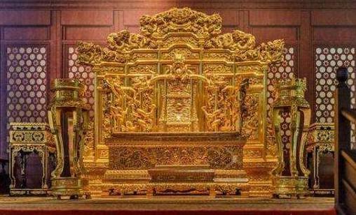 Mơ được ngồi trên ngai vàng