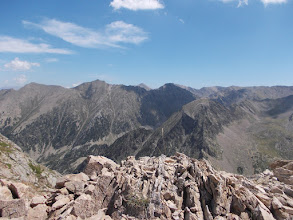 Photo: vers l'horizon lointain, le Pic du Géant ou Bastiments, plus près Pics Rodo et Anyella