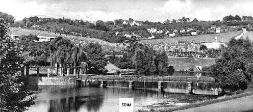 Photo: Ischeland - ein beliebtes Ziel für Erholungssuchende im 1950er und 1960er Jahrzehnt. Der Ausschnitt aus einer im September 1955 gebrauchten Ansichtskarte zeigt links von der Brücke eine Ruhezone mit Sitzbänken vor einer Trauerweide(?); dahinter erstreckt sich das Freibad Ischeland.