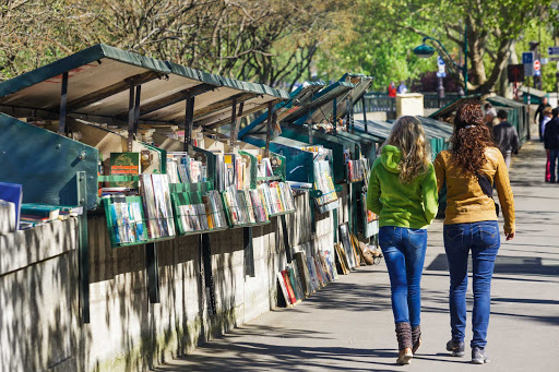 Quai-Tournelle-Paris.jpg - Second-hand booksellers on Quai de la Tournelle along the Seine in Paris.