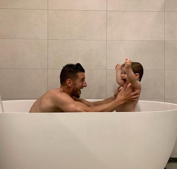 Divertida imagen de Iván Balliu con su hijo en la bañera.
