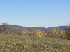 Photo: Widok ku północnemu wschodowi na Kaukaz: grupa górska Tebulo (najwyższy szczyt 4493 m. n.p.m. - po lewej, odległość 119 km). Przed tym grzbietem jest Tuszetia, a za nim Czeczenia. Bliżej: wschodni skraj Grzbietu Trialeckiego.