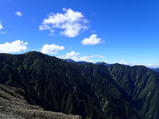 左が小河内岳、その右に赤石岳など