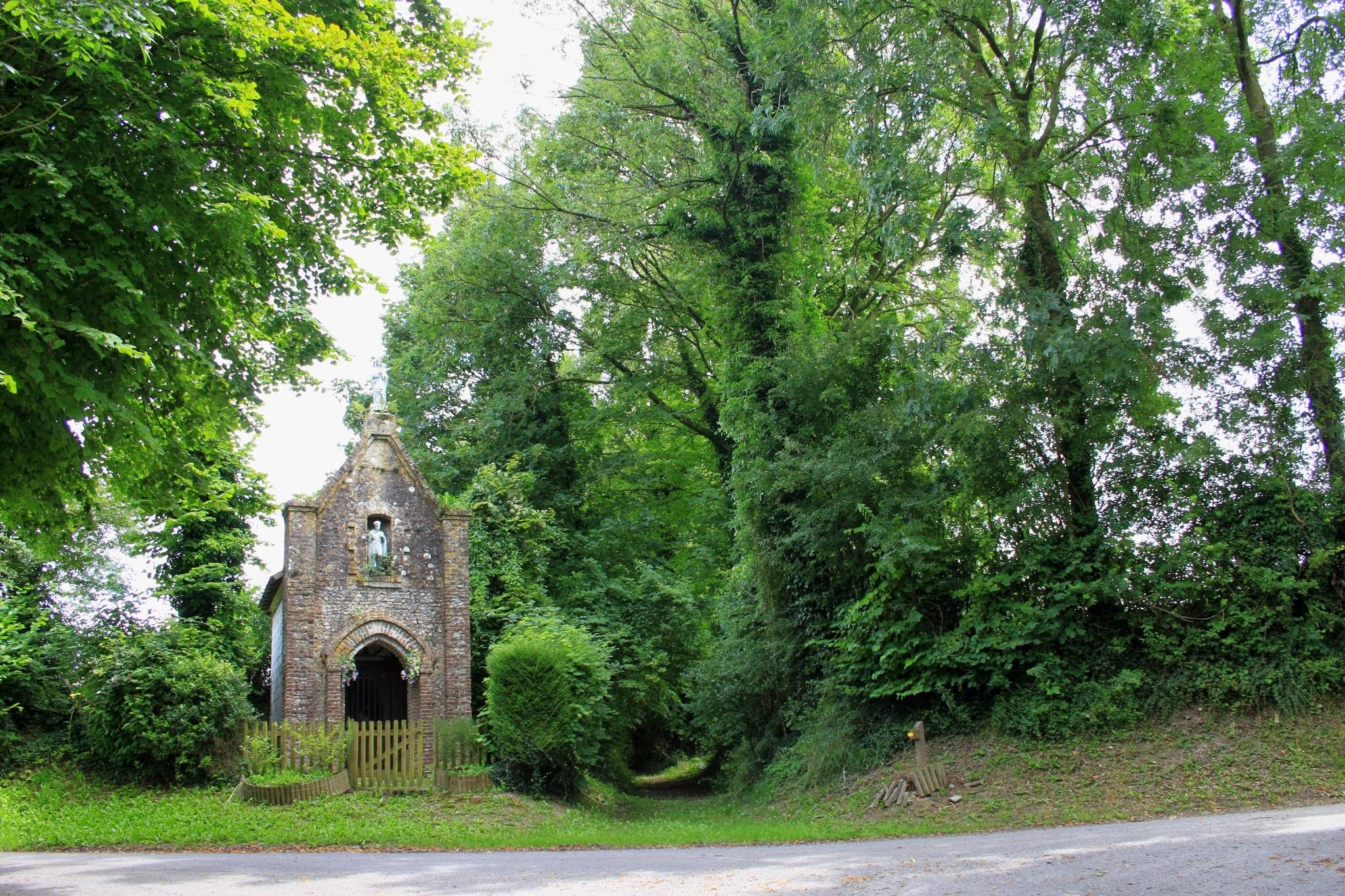 Photo: Prachtige kapel naast holle wegel