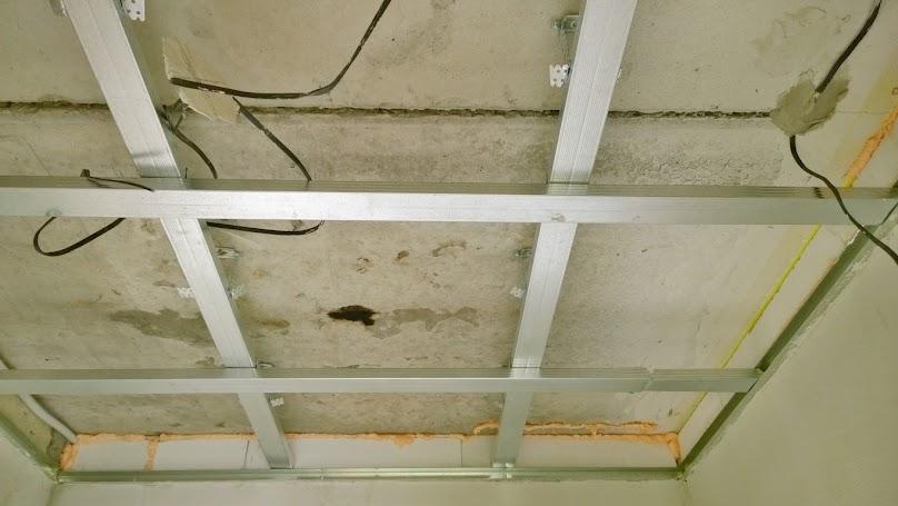 Bardzo ważne w montażu sufitu podwieszanego jest zachowanie dylatacji