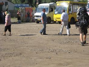 Photo: Jest młoda godzina ale skwarno jak diabli. Na pylistym placu przystanku autobusowego orientujemy się o której mamy kolejne połączenie, po czym w tumanie kurzu wjeżdżających i odjeżdżających marszrutek zmierzamy do najbliższej knajpki.