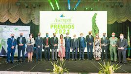 Los premiados y cargos públicos posan en el Hotel Playadulce tras recibir el reconocimiento en los galardones de Asempal.
