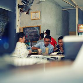 SENYUMAN PELANGGAN by Muhammad Fadhil - People Street & Candids ( minu, cafe, batam, restaurant, makan, tiban, bersama, indonesia, together )