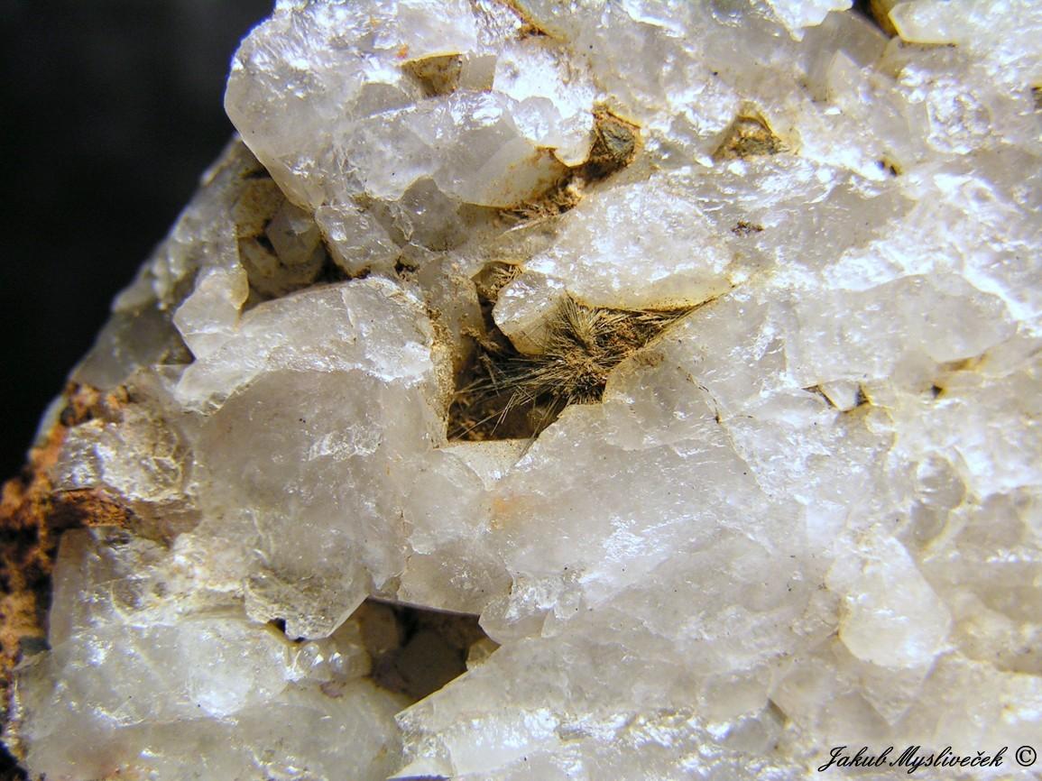 Photo: Detail předchozího vzorku. Velikost chomáčku jehlic bismutinitu 9 mm.