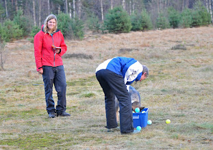 Photo: Lørdagens trening avsluttes med konkurranse. Første par ut er Cato og Ayla i øvelsen balldykking etter pølsebiter.