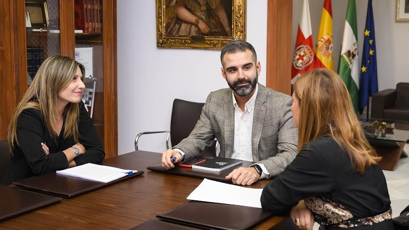 El alcalde junto a María Plaza e Isabel Oller