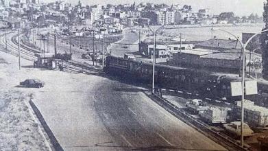 Photo: Turan- Bayraklı hemzemin geçidi: 1960-1970' lerde Karşıyaka'dan İzmir'e giden araçlar Naldöken'den demiryolunu geçer, Turan'dan demiryolunu tekrar geçerek Turyağ Fabrikasının önünden Bayraklı'ya ulaşırlardı... İşte o yıllardan bu fotoğraf..