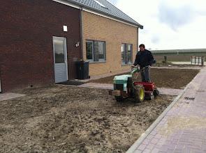 Photo: grondvoorbereiden voor het graszaad