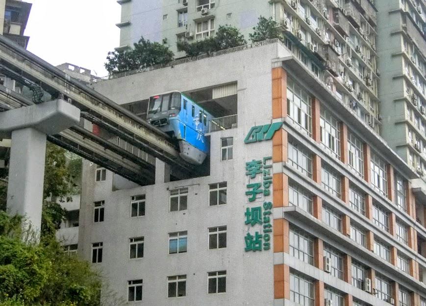 マンションを貫くだけではない 中国・重慶モノレールの魅力