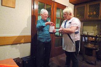 Photo: Die Wirtin Marliese Lilié erhält ein Geschenk für die Benützng des Saales für unsere Musikstunden.