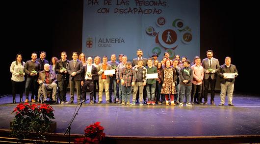 Premiados en la gala del Día de Personas con Discapacidad y representantes institucionales.