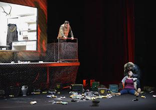 """Photo: EISWIND von Arpad Schilling - ein """"Anti-Orban-Projekt im Wiener Akademietheater. Premiere am 25.5.2016. Inszenierung: Arpad Schilling.  Martin Vischer, Lilla Sarosdi, Zoltan Nagy. Copyright;: Barbara Zeininger"""