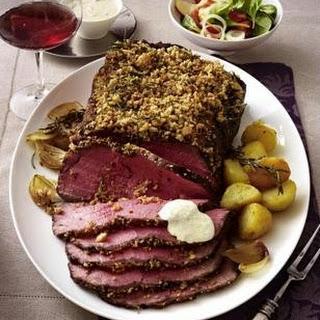 Roastbeef mit Rosmarin-Pfeffer-Brot-Kruste