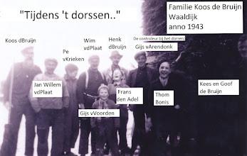 Photo: P familie Coos de Bruijn tijdens het dorssen