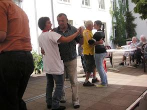 Photo: Vorzüglich engagiert sich das Pflegepersonal beim tanzen mit den Bewohnerinnen und Bewohnern
