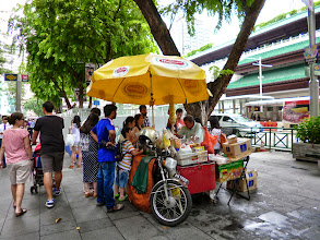 Photo: An ice cream sandwich stall on Orchard Road, upstreet in Singapore. Literally, it was a sandwich of ice cream between real slices of bread and seemed very popular among local people with each stall gathering crowds everywhere. 23rd July updated (日本語はこちら) -http://jp.asksiddhi.in/daily_detail.php?id=611