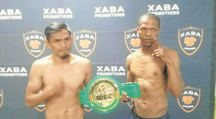 SA flyweight champion Thembelani Nxoshe, right, and Mexican WBA intercontinental junior-bantam champ Ulises Lara at the premedical at a beachfront hotel in East London ahead of their fight. Picture: MFUNDO PILISO