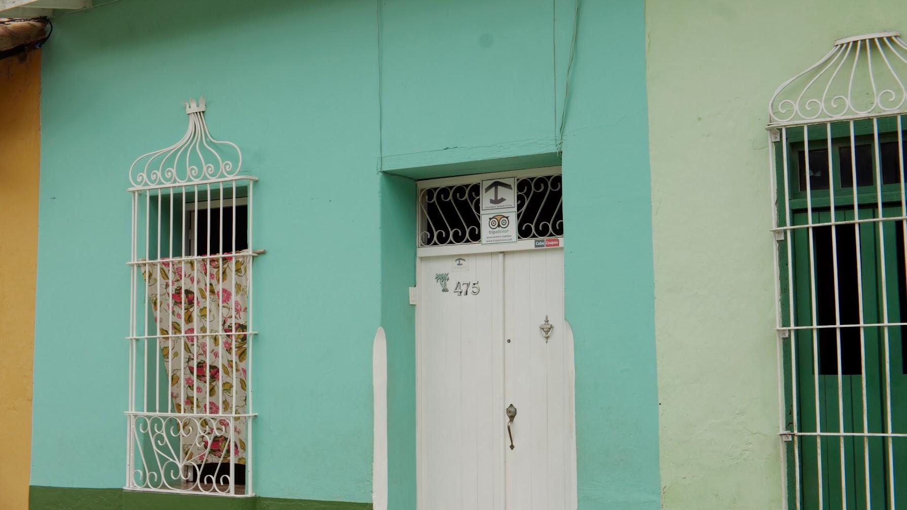 현관에 붙어있는 까사 표시. 기둥에 지붕만 얹어둔 것 같은 심볼이다