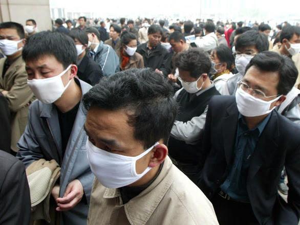 Người dân đeo khẩu trang để bảo vệ cơ thể khỏi virus SARS tại Trung Quốc vào năm 2003