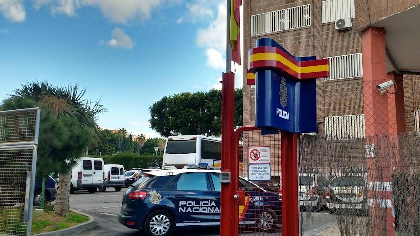 Imagen de archivo de un coche de Policía Nacional en la Comisaría de Almería.