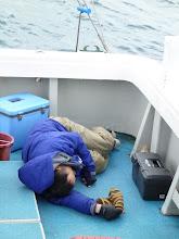Photo: ハマヅチさん、船酔い つらそう・・・。