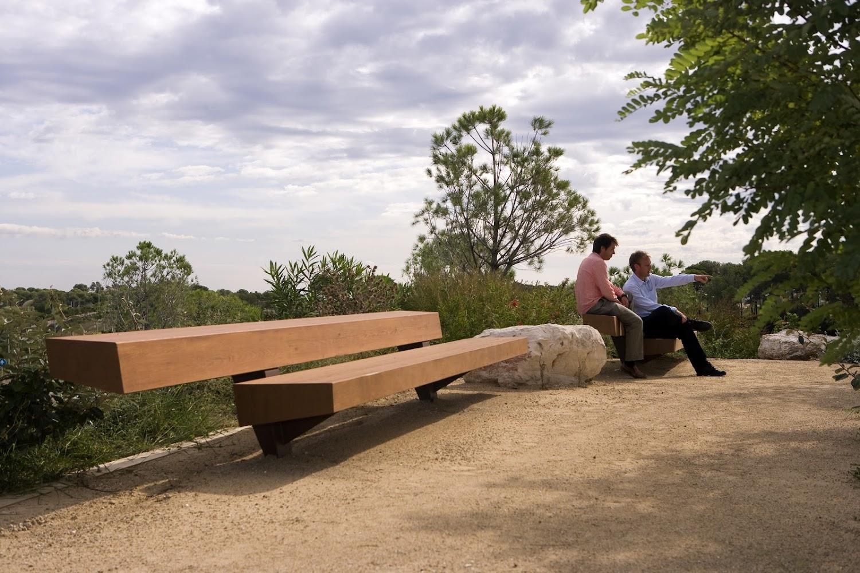 De Trapecio zitbank in een park met een uitzicht om van te genieten.