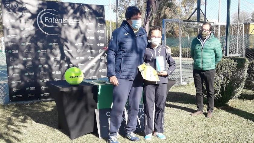 Paula Navarro mostrando sus trofeos.