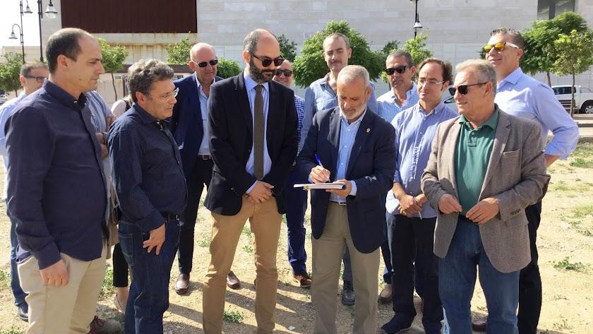 El alcalde, Félix López, firma el acta de inicio de las obras en la propia parcela.