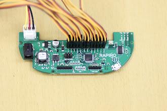 Photo: 端子名とコネクタの対応を確認しながら、すべてのコネクタを基板上の端子に挿し込んでいきます。(RとLをよく確認して挿し込んでください)